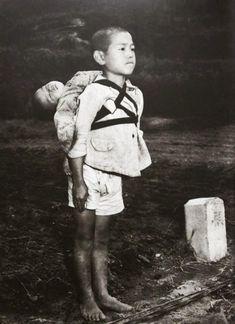 Ragazzo giapponese in piedi sull'attenti, dopo aver portato il fratello morto, Nagasaki, 1945