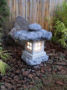 Pra quem ama cultura japonesa, vai amar esta Lanterna para Jardim Japonês, esculpida em pedra sabão. Mais modelos e dicas em nosso site!