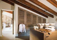 Utilizzare lo spiovente del tetto per creare un un armadio su misura che sfrutti al meglio lo spazio in mansarda.