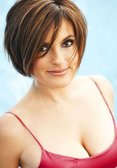 Mariska Hargitay showing some cleavage and bare ass Short Hair Cuts For Round Faces, Round Face Haircuts, Best Short Haircuts, Mariska Hargitay, Olivia Benson, Modern Hairstyles, Cute Hairstyles, Cute Cuts, Hair Dos