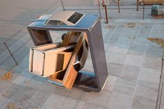 Esculturas digitales en 3D que extralimitan las posibilidades visuales de objetos comunes como un auto.