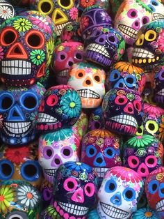 A World Full OF Colors is A Happy World Colors can make us feel happy or sad, and they can make us feel hungry or relaxed. These reactions are rooted in psychological effects, biological conditioning and cultural imprinting. Mexico Day Of The Dead, Day Of The Dead Art, Mexican Folk Art, Mexican Style, Skull Art, Art Plastique, Rainbow Colors, Bunt, Colours