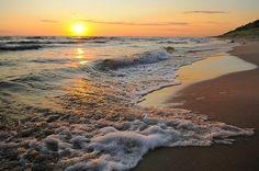 Obtain new travel tips and hints. Learn brand new travel tips and hints. Sunset Beach, Beach Bum, Ways To Travel, Travel Tips, Travel Destinations, Morning Sunrise, I Love The Beach, Waves, Beautiful Sunrise