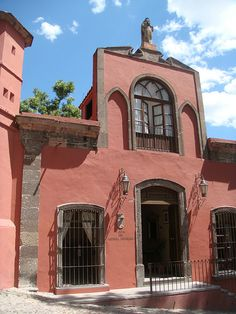 San Miguel de Allende, Mexico Spanish Colonial, Spanish Style, Mexican Interior Design, Mexico People, Fachada Colonial, Mexican Style, Color Of Life, Building Design, Beautiful Places
