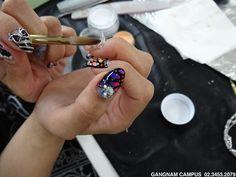 네일실무반 학생 작품 모음  네일아트실무반 학생의 네일작품입니다^^! 다가오는 여름에 너무나 잘어울리는 파스텔톤의 컬러와 파즈로 귀여운 이미지가 더해졌네요~  도도아카데미 강남본원 http://blog.naver.com/kalavin0070/220373591128