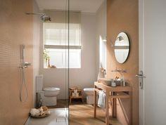 carrelage mural beige et carrelage de sol aspect bois dans la salle de bains