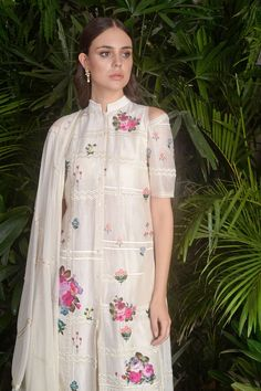 Buy Flower applique embroidered kurta set by Sahil Kochhar at Aza Fashions Simple Dresses, Cute Dresses, Casual Dresses, Fashion Dresses, Pakistani Dresses Online, Pakistani Outfits, Indian Wedding Outfits, Indian Outfits, Indian Designer Outfits