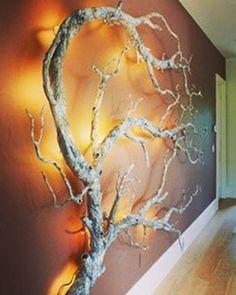 Un ramo trasformato in una bellissima scultura naturale, oggetto di decoro e arredo che conserva tutta la sua forza naturale.