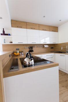 Bílá kuchyně s americkou lednicí Semi Open Kitchen Design, Kitchen Room Design, Condo Kitchen, Modern Kitchen Design, Interior Design Kitchen, Kitchen Remodel, Kitchen Decor, Kitchen Cabinet Dimensions, Küchen In U Form