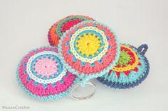 Crochet mandala keychain/gehaakte mandala sleutelhanger - ManonCrochet Crochet Fabric, Crochet Quilt, Crochet Blouse, Felt Fabric, Crochet Gifts, Crochet Doilies, Knit Crochet, Crochet Keychain, Crochet Earrings
