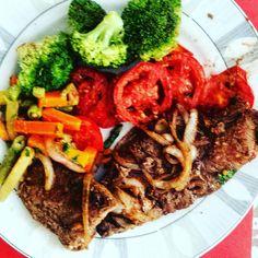 Bife acebolado tomate assado e brocolis e legumes no vapor. Tudo isso antes de colocar a #salada no prato - porque senão não dá pra ver nada!  #paleo #atkins #keto #primal #lchf #lowcarb #slowcarb #vidasaudavel #barrigadetrigo #semgluten #glutenfree #semlactose #lactosefree #receitaslowcarb #comidadeverdade #instafood #eatrealfood #senhortanquinho #controleseucorpo #diet #dieta #saude #health #fit #fitness