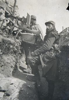 Deux soldats dans une tranchée de la Meuse, environs du bois d'Ailly, vers avril 1915.