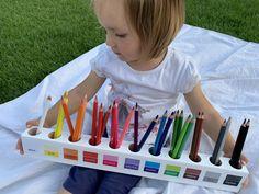 Krásny pastelkovník inšpirovaný montessori pedagogikou s 11 základnými farbami je vyrobený z masívneho buku. Pastelkovník má farebné obdĺžniky a tlačené slovenské názvy farieb. Montessori