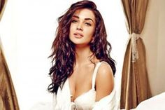 The stunning Amy Jackson has been enjoying her fame since the success of Shankar's I, and is now for a round two in Bollywood with Singh is Bliing with Akshay Kumar.