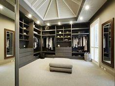 Une pièce dédiée au dressing. http://www.m-habitat.fr/petits-espaces/dressing/les-dressings-sur-mesure-2643_A