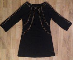 Vestido de algodón grueso negro, mangas 3/4 con tachas color cobre #zara #ConEtiqueta #ModaSustentable. Compra esta prenda en www.saveweb.com.ar!