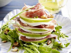 Turret of goat cheese with apple and pata negra - Libelle Tasty! I Love Food, A Food, Good Food, Food And Drink, Yummy Food, Healthy Snacks, Healthy Recipes, Little Lunch, Pureed Food Recipes