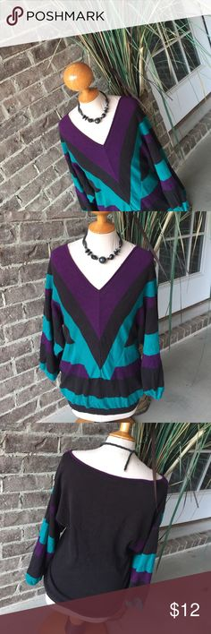 💓GIANNI.BINI Sweater💓 Over sized Vneck sweater, perfect for this time of year❤️. Goes great with most anything and a great addition to any closet🤗. No holes, stains, or tears. Good Condition❤️ Gianni Bini Sweaters V-Necks