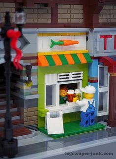 The street level juice bar serves healthy smoothies - lego - # Lego City, Legos, Lego Hacks, Casa Lego, Lego Furniture, Amazing Lego Creations, Lego For Kids, Lego Modular, Lego Worlds