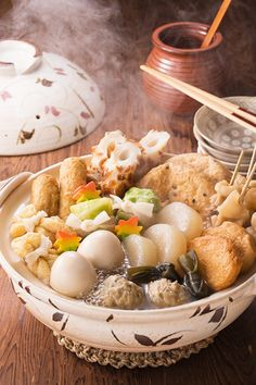 Oden: A Tasty Japanese Hot Pot Dish Oden (おでん) – Recipe for the Japanese winter dish consisting of several ingredients such as boiled eggs, daikon, konjac, and processed fishcakes stewed in a light, soy-flavoured dashi broth. Japanese Dishes, Japanese Food, Japanese Style, Easy Japanese Recipes, Dashi Broth, Winter Dishes, Eat This, Yummy Food, Tasty