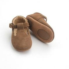 Trend alert! Little Love Bug Sweet Baby Girl T-Bar Moccasin (Mary Jane) – 100% high quality soft leather and for the perfect first shoe for your baby or toddler. These moccasins make a great baby shower gift or first birthday present. Trendy fashion tbar shoe, but functional with ant-slip (tread) soft soles for first time walker all while supporting small business mom run shop. Check out our baby scalloped edged shoes now – Shimmering pink, black, brown, animal print, and gray!
