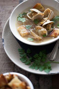 Sopa de cebolla con almejas y dados de pan (uiensoep met tapijtschelpen en stukjes brood)