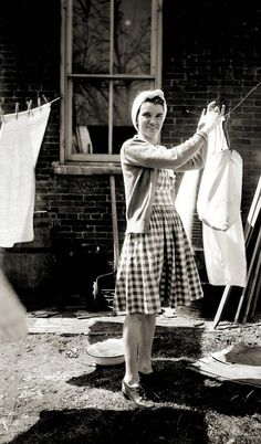 Things Your Grandmother Knew: how to hang clothes out on a line (i love old vintage photographs) Mode Vintage, Retro Vintage, 1940s Fashion, Vintage Fashion, Vintage Clothing, Vintage Housewife, 50s Housewife, Photo Vintage, Vintage Laundry
