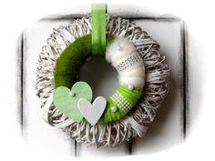 **Wir bieten Ihnen einen tollen Türkranz zum Kauf an.**  _- Dekoriert ist der Kranz mit einem daraufliegendem umwickeltem Kranz die verschönert wurden mit Schleifenband, Holzherzen, Perlen, Filz,...