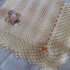 Manta para bebê crochê com babado e detalhes em fitas de cetim, confeccionada com linha 100% algodão. Pode ser feito na cor de sua preferência. Tamanho: 95 x 95 cm OBS: O ursinho não está incluso, faz parte do cenário.