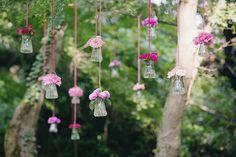 stunning backdrop with pink flowers in hanging vases // photo: nina milani http://weddingwonderland.it/2015/03/matrimonio-fucsia-torino.html