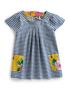 Joules JNR CLARA Girls Tunic, Navy. With a scrapbook style charm running throughout, this hotchpotch style jersey tunic will become a summertime go-to. Perfect for playtime and parties alike.