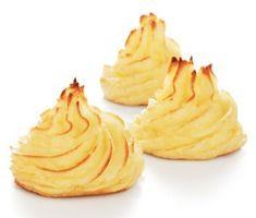 Duchessetoppar, spritsade toppar av potatismos som du gratinerar i ugnen för yta och färg. Tillsätter du ägg i potatismoset håller duchessetopparna bättre form och med smör får du den ljuvliga smaken.