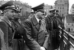 В 1938 году нацисты захватили золотые запасы Австрии, Чехословакии и Данцига. А позже — золотые запасы Бельгии, Нидерландов, Дании, Франции, Польши. Только из банковских отделений советской Украины было вывезено 3 вагона с золотом. К этому надо добавить частные банки,  ювелирные магазины, церковные ценности, коллекции музеев и самые ужасные доходы фашистской Германии — украшения и зубные коронки узников концлагерей. Только Освенцим  обогатил их на 8 тонн золота