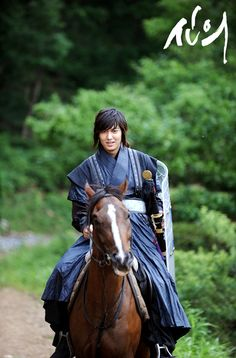 Showing that his athletic superiority isn't limited to swordsmanship, Lee Min Ho also displayed his capital ability for equestrianism. According to Faith's director, Min Ho rides the horse with confidence that he demonstrates the sensibilities of an Olympic athlete.