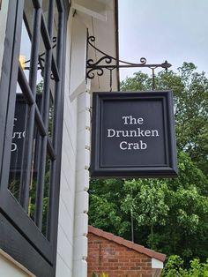 Diy Home Bar, Home Pub, Bars For Home, Bar Interior, Restaurant Interior Design, Restaurant Furniture, Interior Garden, Tournée Des Bars, Mini Chalet
