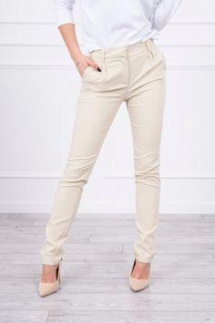 Spodnie eleganckie z mankietem beżowePrezentujemy Państwu eleganckie spodnie. Spodnie z mankietem na nogawce. Spodnie idealne do pracy i na co dzień. Spodnie z kieszeniami. Spodnie wykonane są z wysokiej jakości materiału. Dostępne rozmiary: XS, S, M, L. Skład materiału:  61%Bawełna 36%Nylon 3% Elastan  Wymiary w tabeli podane są w centymetrach: Modelka prezentuje rozmiar XS     XS S M L   Szerokość w pasie 34 36 38 40   Długość całkowita 103 103 103 103   Długość od kroku 80 80 80 80… Khaki Pants, Model, Fashion, Khakis, Moda, La Mode, Khaki Shorts