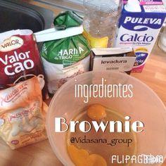 Brownie con chocolate a la taza  Versión #notanfit para vuestros peques y los que no son tan peques:  2 huevos  50g de aceite (7 cucharadas soperas)  1/2 vaso de leche   150g de azúcar (9 cucharadas soperas)   150g de chocolate a la taza en polvo (9 cucharadas soperas)   140g de harina (10 cucharadas soperas)  10g de levadura  1) Precalentar el horno a 170grados. Engrasar un molde y pasarlo por harina.  2) Mezclar la harina con el chocolate a la taza en polvo y la levadura. Pasar la…