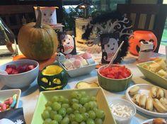 Mesa de Halloween frutas con chocolates