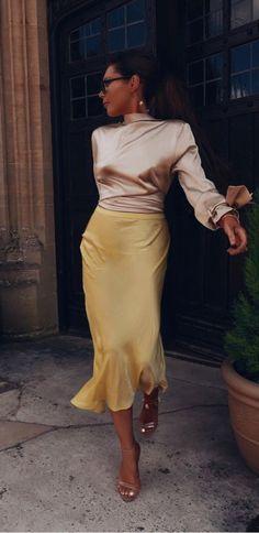 Midi Skirt Lorna's style's the best👌🏼👌🏼👌🏼🎉 O estilo da Lorna é o melhor👌🏼👌🏼👌🏼🎉 - Satin Midi Skirt, Silk Skirt, Silk Dress, Midi Skirt Outfit, Skirt Outfits, Looks Chic, Looks Style, Elegantes Outfit, Trends 2018