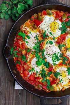 The best Middle Eastern shakshuka recipe you will find! Simple eggs poached in a… The best Middle Eastern shakshuka recipe you will find! Simple eggs poached in a spiced tomato and green pepper sauce. Shakshuka Recipes, Mediterranean Diet Recipes, Mediterranean Dishes, Mediterranean Breakfast, Vegetarian Recipes Easy, Cooking Recipes, Healthy Recipes, Vegetarian Stew, Vegetarian Recipes