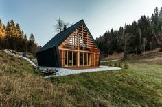 The Riparian House by Architecture BRIO | Wowow Home Magazine Modern Wooden House, Wooden House Design, Wooden Houses, Cabin Design, Design Hotel, Haus Am Hang, Glass Cabin, Luxury Cabin, Forest House