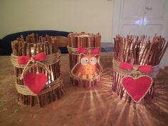 portacandele fatti con barattoli di vetro ricoperti di bastoncini di legno
