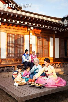 Multi-Bits#게티이미지코리아 프리미엄 한국 콜렉션#SKR1401645-002#Three Generation Family#SKR Photo 48#Family#Lifestyles#Floor#Korean Festival Days#Smiling#Korea New Year's Day#Outdoors#Sitting#Paved Yard#Cooking#Chuseok#Multi Colored#Hanbok#Korean House