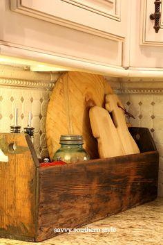 Antique tool caddy for oil/vinegar, salt/pepper. Savvy Southern Style: A Kitchen Corner: perhaps a different antique storage bin or basket? Kitchen Decor, Farmhouse Decor, Old Tool Boxes, Decor, Home, Kitchen Corner, Primitive Decorating, Home Decor, Primitive Kitchen