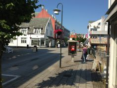 Kopervik har en grei størrelse, ca 8000 innbyggere. Det har et sentrum og er kommunesenter. I Kopervik har vi kino, butikker, treningssenter, NAV, rådhus, legesenter, menighetshus, optiker og øyenlege, bensinstasjoner, busser, videregående skole, folkehøyskole, kafe og restaurant m.m.