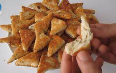 Αυτά είναι τα τυροπιτάκια χωρίς φύλλο που θα λατρέψετε, με χρυσαφένιο χρώμα! Υλικά 100 γρ. τυρί φέτα 100 γρ.τυρί κασέρι 1 αυγό 90 ml γάλα 10 φρ. μπέικιν πάουντερ 300 γρ. αλεύρι 8 γρ. αλάτι Φυτικό λάδι Εκτέλεση Σε ξύλο κοπής ψιλοκόβουμε το μαϊντανό Starters, Food To Make, Dairy, Potatoes, Cheese, Vegetables, Recipes, Potato, Recipies