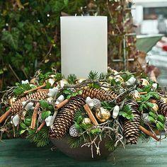 kerst-stuk met takken, dennenappels, kaneelstokjes en kerstballen