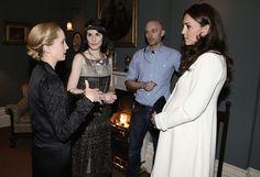 """Setbesuch: Echter Adel trifft Fernseh-Adel: Herzogin Kate (33) hat Darsteller und Crewmitglieder der preisgekrönten Fernsehserie """"Downton Abbey"""" besucht. Die schwangere Frau von                                                                                                                                                     Mehr"""