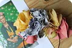 Hello Funky Fresh People,  Aujourd'hui je vous propose ce nouveau tuto dans le cadre du Projet DIY #17 dont le thème est « A la manière de Frida Kahlo« …Dès qu'on évoque le nom de Frida Kahlo, je pense couleurs, passion et fleurs.   Je pourrais vous faire tout un post sur Frida Kahlo: son style, ses convictions, son oeuvre, la Femme,…Et puis il y a Frida et ses couronnes de fleurs qui sont un peu sa marque de fabrique. J'aime beaucoup ce portrait de Frida qui est assez connu et c'est de…