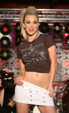 Sexy Kaley Cuoco: you don't need a geeky high IQ to know that knock, knock, knock. from the 'Big Bang Theory' is America's next Sweetheart Kaley Cuoco, Beautiful Celebrities, Gorgeous Women, Beautiful People, Kayley Melissa, Jennifer Lawrence, Jennifer Garner, Jennifer Aniston, Up Girl
